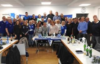 Gruppenfoto der Fanclubmitglieder mit den Gästen der TSG Hoffenheim