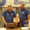 Der neue 1. Vors. Andreas Schüle überreicht seinem Amtsvorgänger Jürgen Bauer ein Abschiedsgeschenk
